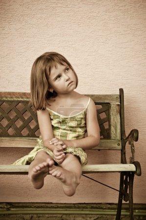 儿童肖像-选址在长椅上_高清图片_邑石网